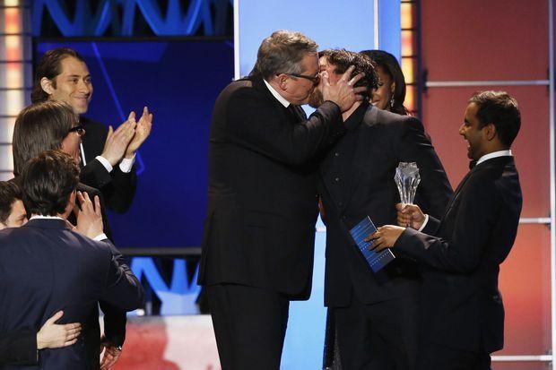 """Le réalisateur Adam McKay embrassant le comédien Christian Bale pour la victoire de """"The Big Short"""" (meilleure comédie et meilleur acteur)."""