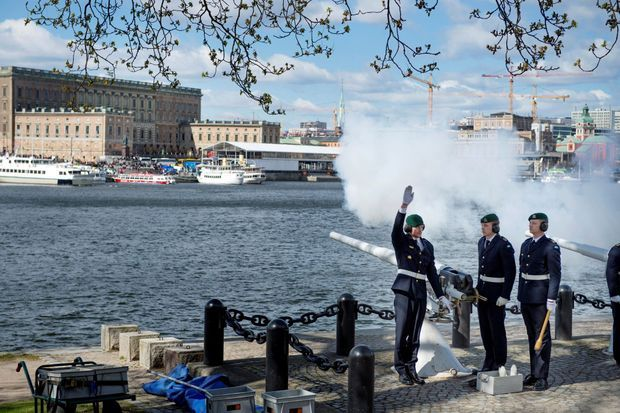 21 coups de canon ont célébré la naissance du nouveau petit prince de Suède à Stockholm, le 20 avril 2016
