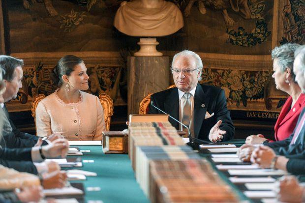 Le roi Carl XVI Gustaf de Suède, avec la princesse héritière Victoria, a annoncé le prénom du petit prince le 21 avril 2016