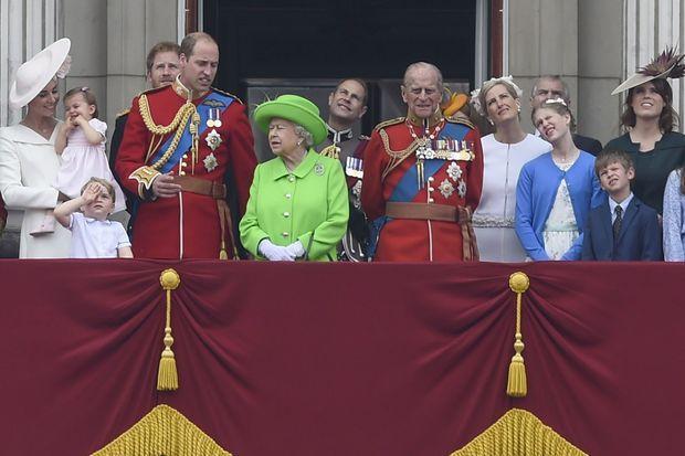 La reine Elizabeth II et sa famille au balcon de Buckingham Palace, le 11 juin 2016