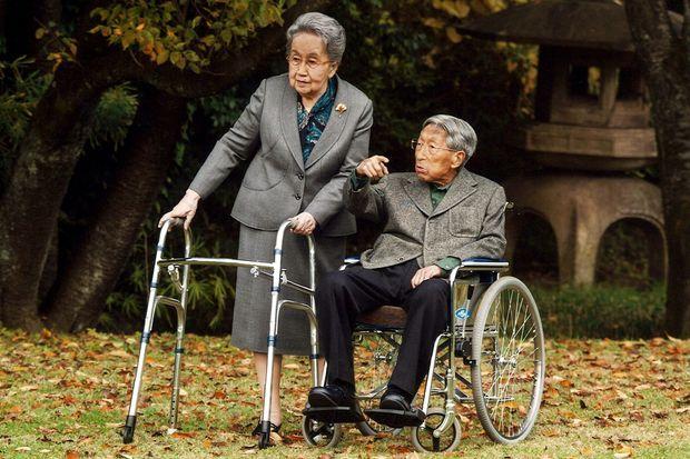 Le prince Mikasa et sa femme la princesse Yuriko le 16 novembre 2015. Photo diffusée pour ses 100 ans.