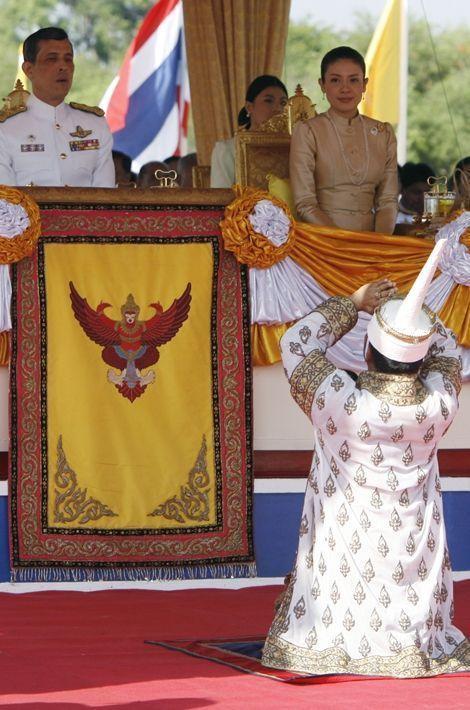 Le prince Maha Vajiralongkorn de Thaïlande et la princesse Srirasmi à Bangkok, le 9 mai 2008