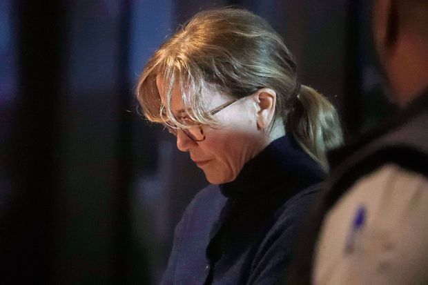 Felicity Huffman quittant le tribunal après une première audience, mardi 13 mars 2019