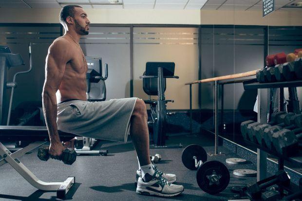 Rudy commence chaque journée par un entraînement dans la salle de musculation de son immeuble.