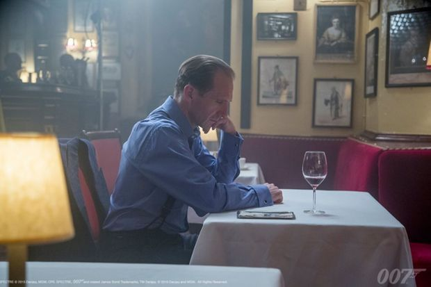 """Ralph Fiennes, alias M, attablé au Rules Restaurant dans """"Spectre"""""""