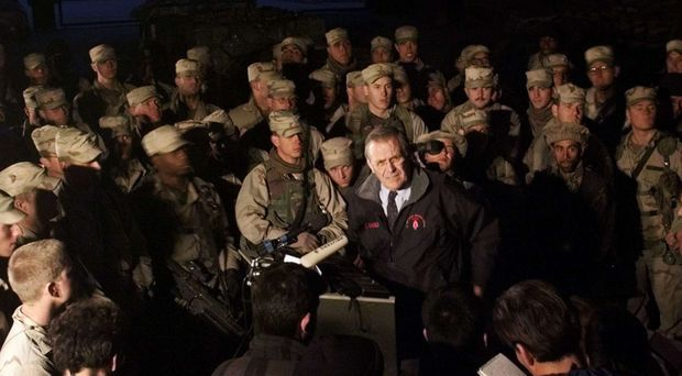 Le secrétaire à la Défense Donald Rumsfeld au milieu des troupes américaines à Bagram en Afghanistan, en décembre 2001.