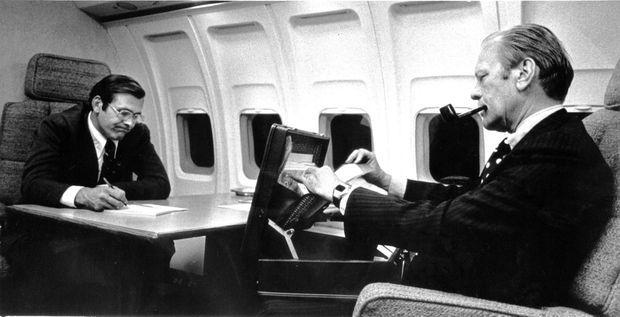 Le secrétaire à la Défense Rumsfeld et le président Gerald Ford, à bord d'Air Force One, en octobre 1974.