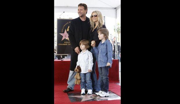 Russell Crowe avec son épouse Danielle et ses enfants Charlie et Tennyson, recevantson étoile Walk of Fame-