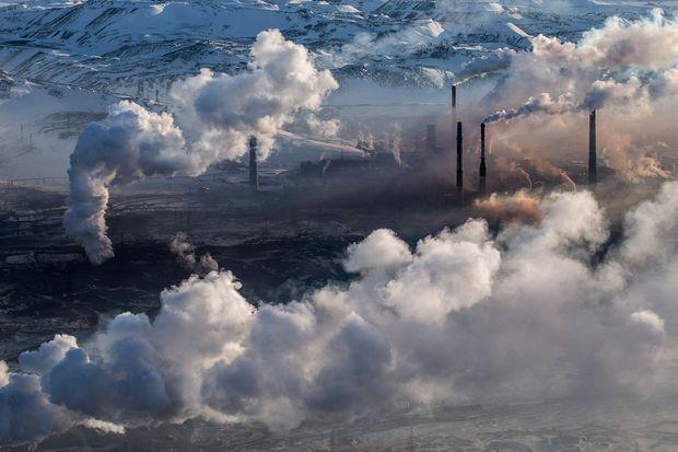 Fumées des usines de traitement de minerais à Norilsk, Kraï de Krasnoïarsk, Russie
