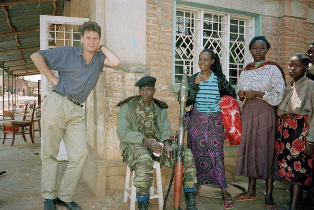 Michel Peyrard (à gauche), le reporter de Paris Match, au Rwanda, mai 1994.