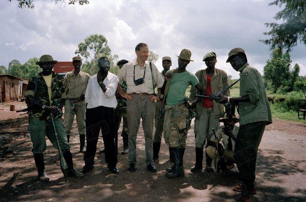 Benoît Gysembergh (au centre, appareil en bandoulière), le photographe de Paris Match, au Rwanda, mai 1994.