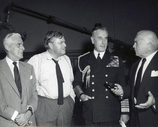 """Lord Mountbatten en 1959 sur le tournage du film """"Le génie du mal"""". De g. à d.: Buddy Adler, Orson Welles, Lord Mountbatten et le réalisateur Richard Fleischer."""