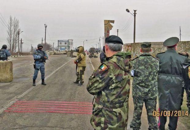 A la frontière entre l'Ukraine et la Crimée, des miliciens prorusses cagoulés interdisent l'entrée aux représentants de l'OSCE (Organisation pour la sécurité et la coopération en Europe).
