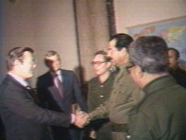 Le 28 décembre 1983, Rumsfeld échange une poignée de main avec Saddam Hussein, à qui il vient proposer une reprise des relation s diplomatiques.