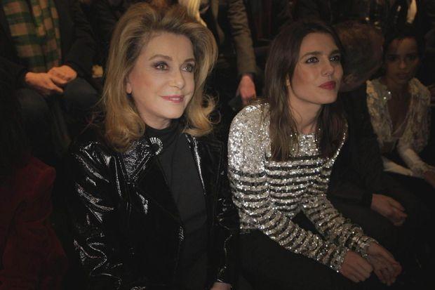 Catherine Deneuve, l'une de ses amies, au défilé Yves Saint Laurent.
