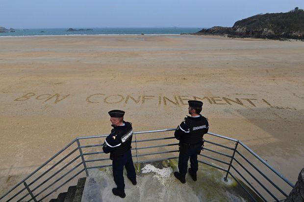 Des gendarmes patrouillent sur une plage déserte à Saint-Lunaire, en Ille-et-Vilaine.