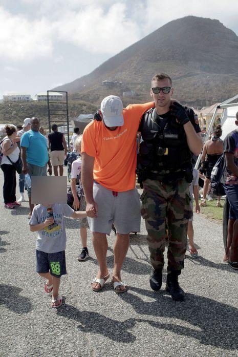 Saint-Martin, le 11 septembre. La gendarmerie organise les premières évacuations à Hope-Estate, près de l'aéroport de Grand-Case, à Saint-Martin, le 11 septembre.