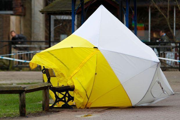 Une tente de protection, ici photographiée jeudi, a été installée sur le banc où Sergueï Skripal et sa fille ont été retrouvés inconscients après avoir été empoisonnés.