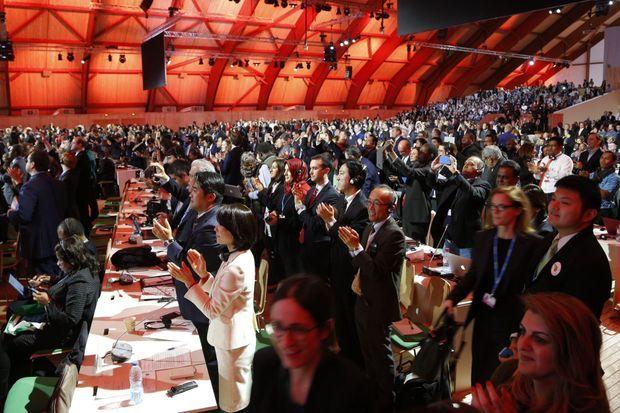 Explosion de joie dans la salle après l'annonce de l'adoption de l'accord, samedi au Bourget.