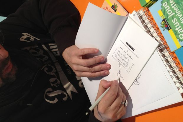 Olivier Vogel dédicace chaque livre.
