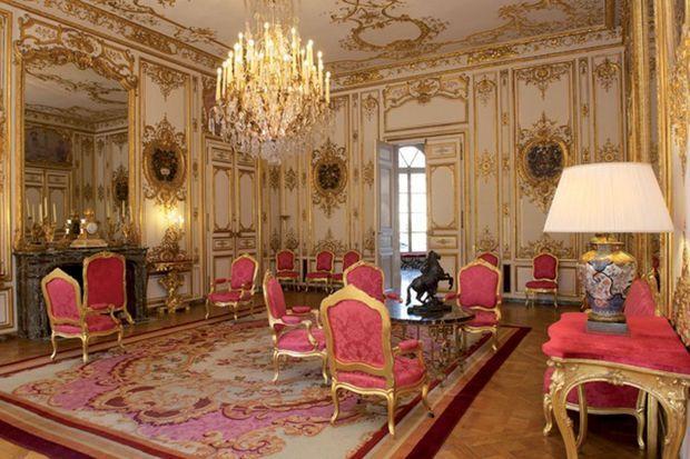 Le Salon rouge de l'hôtel de Matignon à Paris