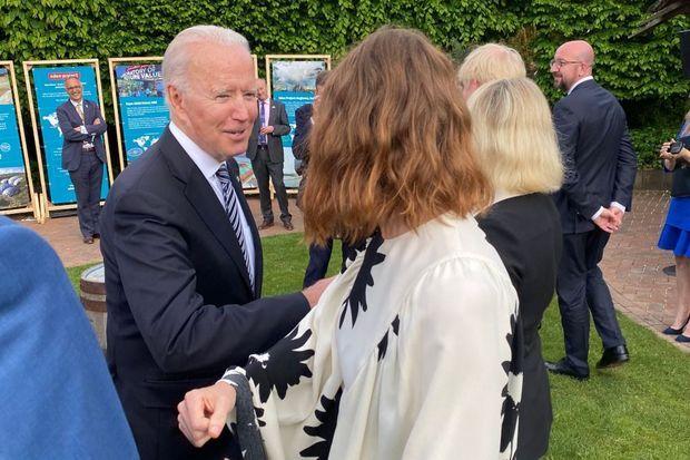 Salut du coude avec Joe Biden.
