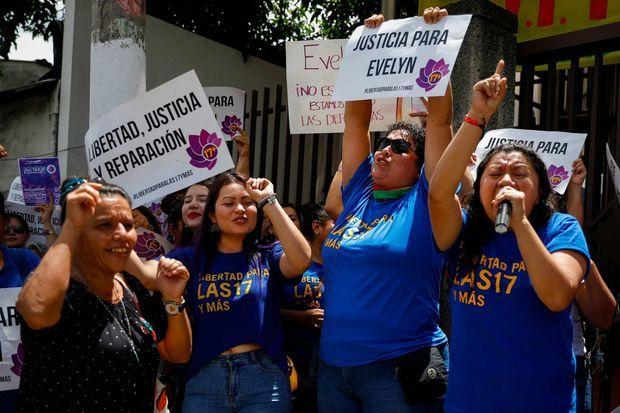 Des femmes manifestant leur soutien à Évelyn Hernández, le 19 août 2019.