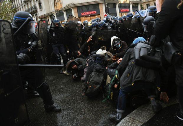 Samedi 12 décembre, à Paris, quatrième manifestation contre la loi de sécurité globale. Les forces de l'ordre viennent de charger. Avec 3 000 membres déployés dans la capitale, leurs effectifs ont doublé.