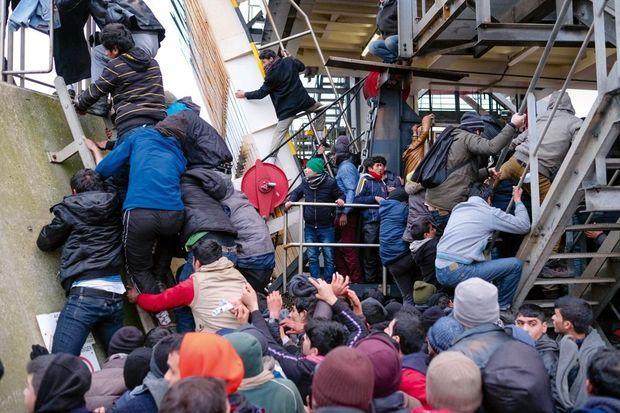 Samedi 23 janvier. Un groupe de 150 migrants prend pied sur un ferry-boat