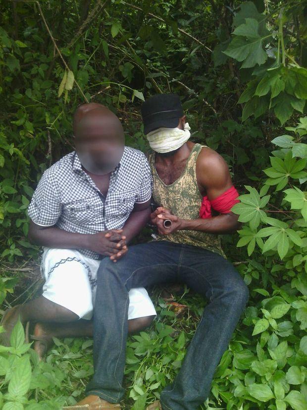Notre envoyé spécial Samuel Kingsley, dont le visage n'apparait pas pour des raisons de sécurité, pose avec un militant des Niger Delta Avengers le 12 septembre 2016