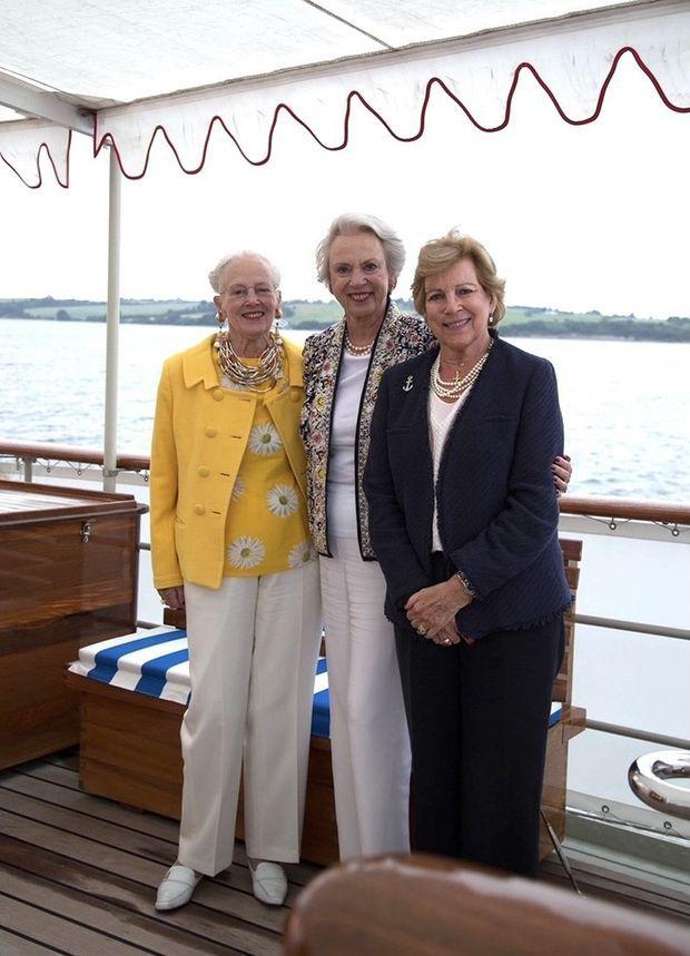 La reine Margrethe II et ses sœurs la princesse Benedikte de Danemark et l'ex-reine Anne-Marie de Grèce à bord du Danneborg, le 23 juin 2021
