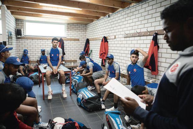 Pewaston et ses coéquipiers autour du coach pendant un tournoi
