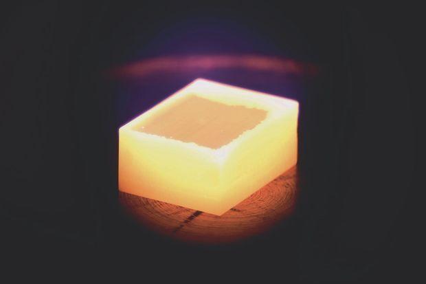 Lors du procédé CVD, le diamant synthétique pousse verticalement, par couches successives.