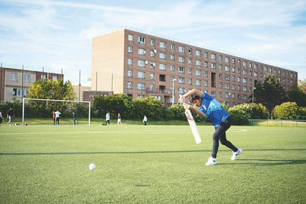 Momtaz à l'entraînement, sur un terrain de foot proche du HLM familial, à Grande-Synthe.