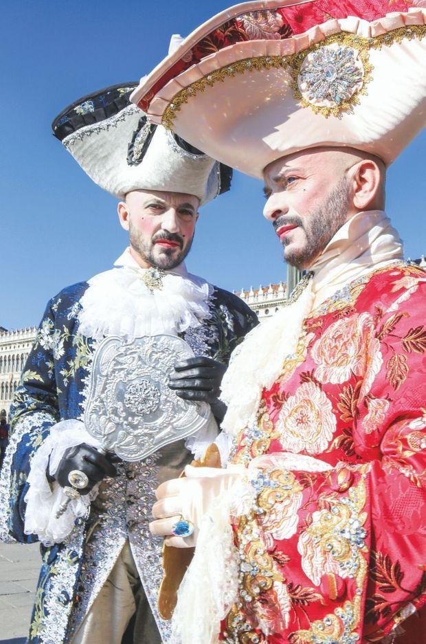 Vicomtes et archiducs venus du monde entier ont, pour la plupart, confectionné eux-même leur costume, différent chaque année.
