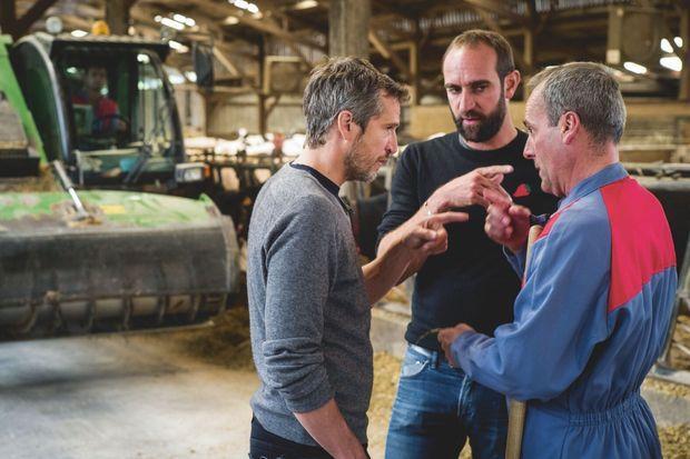 """Guillaume Canet et Edouard Bergeon avec Vincent Barré, agriculteur. """"Au nom de la terre"""" a été tourné dans son exploitation."""