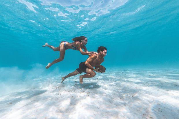 Une pierre dans les mains, Jérémy pratique l'apnée en courant au fond de l'océan. Avec Hinarani, sa sirène.