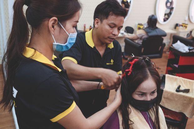 Le salon Zeny Hair pose des extensions aux étudiantes, aux mères au foyer, aux influenceuses... Il faut compter 500 euros pour des cheveux naturels. Les lisses et recolorés ont la faveur des Européennes.