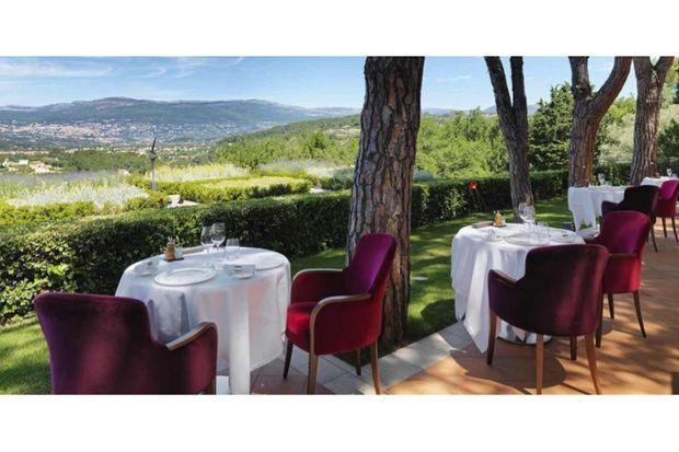 Les tables du Candille sont tournées vers les Alpilles, sans rien cacher des saveurs gastronomiques qui s'annoncent.