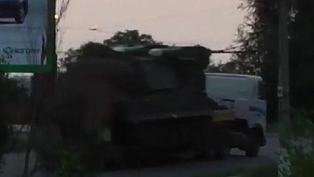 Le même camion photographié à l'aube du vendredi 18 juillet 2014 par une caméra de surveillance dans la ville de Krasnodon, tout près de la frontière russe, selon cette image circulée par le renseignement ukrainien.