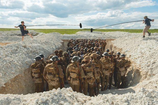 Tournage d'une scène en Grande-Bretagne dans une tranchée reconstituée .