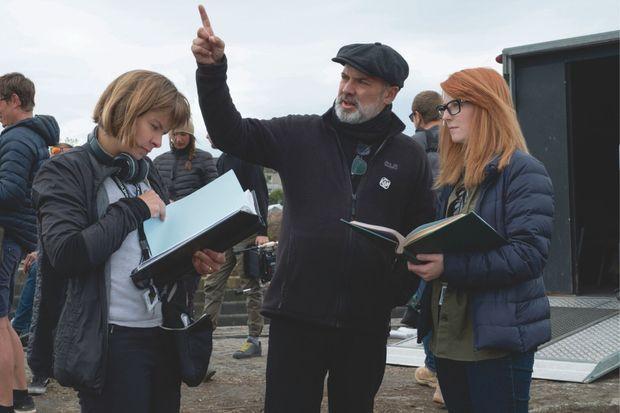 La scripte Nicoletta Mani, le réalisateur Sam Mendes et la coscénariste Krysty Wilson-Cairns sur le tournage.