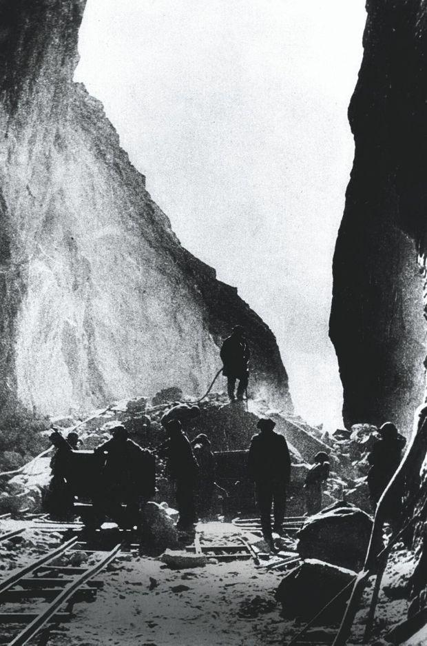 Extraction et enrichissement de l'uranium à Kolyma, en 1948. Le travail était top secret, les prisonniers n'étaient pas protégés des radiations.