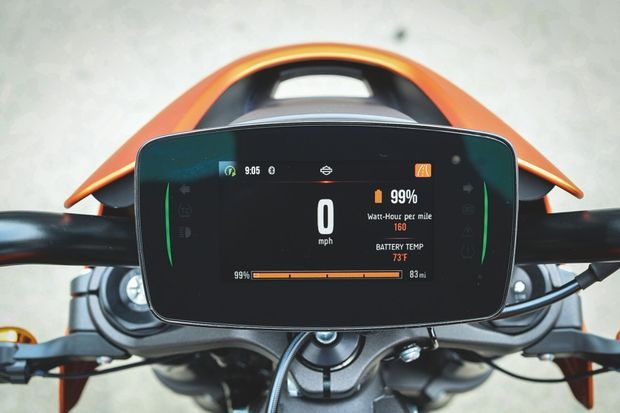 Ce tableau de bord nouvelle génération avec GPS intégré permet de connecter son Smartphone, et ainsi d'accéder aux bornes de recharge Harley-Davidson.