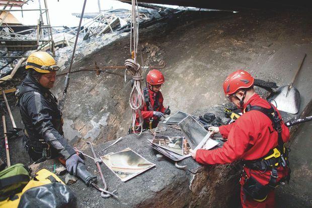 De g. à dr. : Mickaël Lemière, cordiste de l'entreprise Jarnias, Lise Leroux, ingénieure au LRMH, et Jean-Didier Mertz, géologue au pôle pierre.