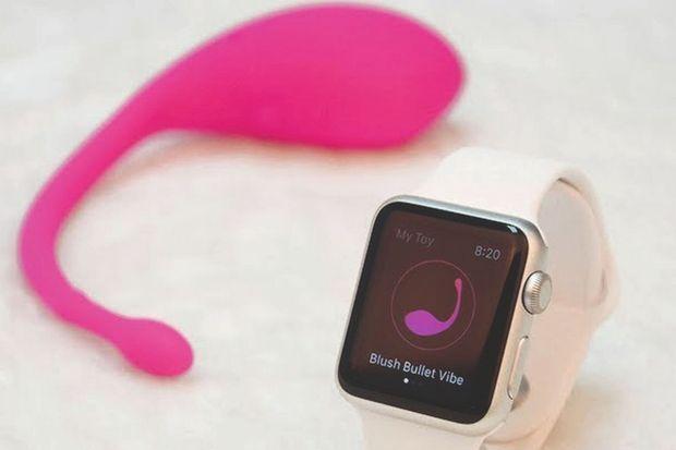 Le vibromasseur de OhMiBod connecté à une Apple Watch.