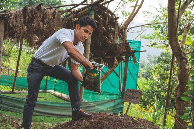 """A Kameray, Chandra Prasad Bhattrai explique l'usage du """"madhyam"""" qui aide à l'élaboration d'un compost naturel."""
