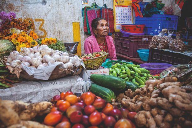 Au marché de la ville, un emplacement est dédié aux produits bios.