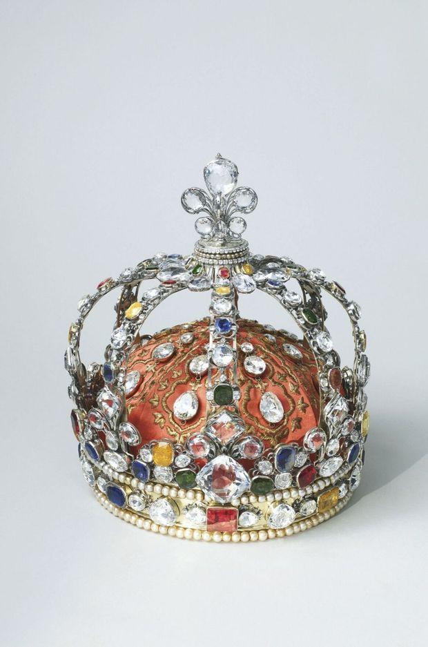 La couronne du sacre de Louis XV était sertie de centaines de pierres dont huit diamants Mazarin, le Sancy sur la fleur de lys et le Régent, au centre du bandeau.