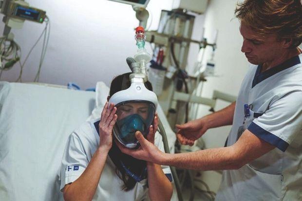 Le masque de plongée Decathlon, sur lequel est ajouté un embout 3D, pourrait aider en cas de pénurie de respirateur.